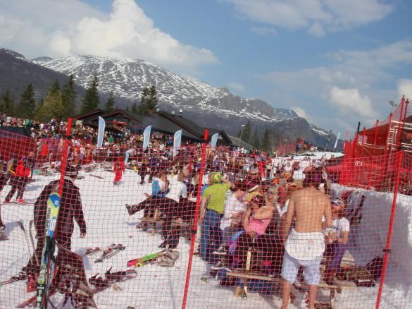 Riktigt mycket folk på festivalområdet